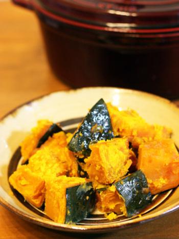 素朴な味わいがうれしいかぼちゃの煮物。ストウブで作るとかぼちゃがほっくりと仕上がります。