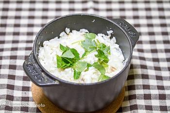 鯛めしだって簡単に作ることができます。一度グリルした鯛を、こぶとだし汁とともに炊き上げて。おこげも絶品。 火にかけて作るストウブ料理は、炊き込み御飯に良いおこげが混ざって香ばしく仕上がります。