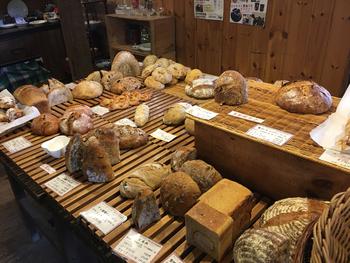 砂糖などの調味料、油脂など一切使用しておらず、病中病後の方やアトピーなどの方も安心して食べられるカラダに良いパンです。