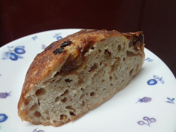 イチジク&オレンジピールです。 ここのパンは、北海道産と猪苗代産の小麦、石巻旨塩など厳選された素材ばかりです。