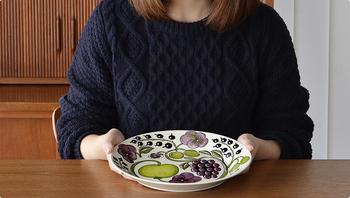 「Plate」は、16.5cm・21cm・26cmの3種類。  26cmのプレートが一枚あると便利です。 ワンプレートランチにモーニング。一枚で色々と楽しめます。  パラティッシが素晴らしいのは、他の食器や柄物と喧嘩しないこと。見事に調和して良い仕事をしてくれます。
