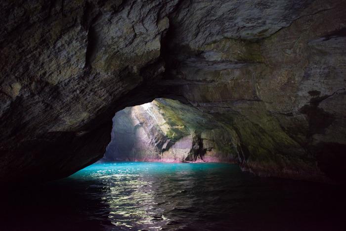 伊豆観光へ行くなら、ぜひ、堂ヶ島にある「天窓洞」へ。洞窟内には文字通り天窓があり、光が降り注ぐ空間。昭和10年に天然記念物にも指定された名勝です。遊覧船での洞窟めぐりは10分〜15分の短いコースも。「小さい子は船に飽きちゃうかも」と心配なママも、これなら安心して乗れそうですね。