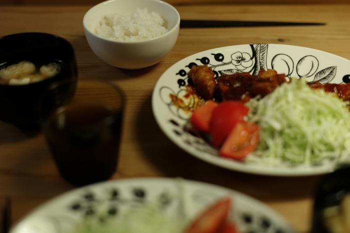 パラティッシBLACKは、特に和食にオススメ。  いつもの惣菜もパラティッシなら、メインプレートに。  味噌汁椀とも仲良くおさまります。