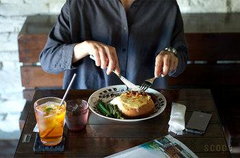 眺めるだけで、食欲と元気が湧いてくる朝の食卓。  トーストの程良く焼けた焦げ目と、とろけるチーズの黄身の色。 パープルよりも、食材や料理の色味がより鮮明に映ります。