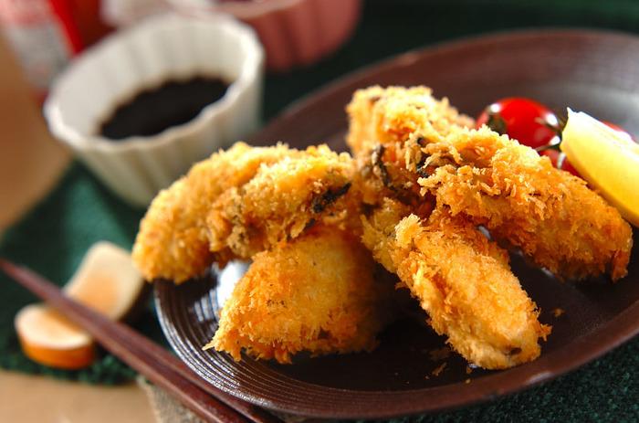 ソースやレモン、辛子醤油にもあう、定番のカキフライ。油の温度をしっかり守れば、衣はサクッと、牡蠣はふんわりジューシーに揚げることが出来ます。