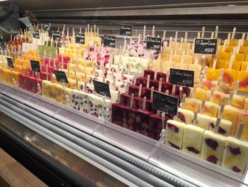 話題の「PALETAS(パレタス)」。「PALETAS」はメキシコ発祥のフルーツとフルーツの果汁をたっぷりと使ったフローズンフルーツバーのお店です。合成添加物などは使わず、国産でオーガニックのものを出来る限り使うというこだわりが!話題なのがその見た目。フルーツがたっぷり入ったフローズンフルーツバーは本当に可愛い♡味も見た目も◎の「PALETAS」の魅力を見ていきましょう♪