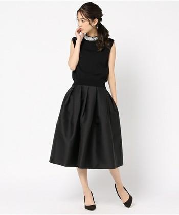 大きさの異なるパールが首元にたくさんあしらわれているセットアップドレス。程よく光沢のあるふんわりスカートは女性らしい華やかさを演出してくれます。実際に参加する際は、羽織ものがあると◎です。