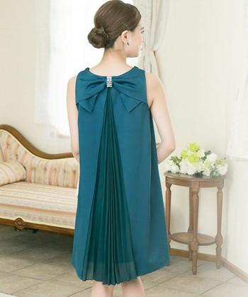 バックスタイルがこんなにゴージャスなデザインのものもあるんです。結婚式では羽織ものを羽織って控えめに、二次会やパーティーではぜひこのデザインを見せて後ろ美人に♪