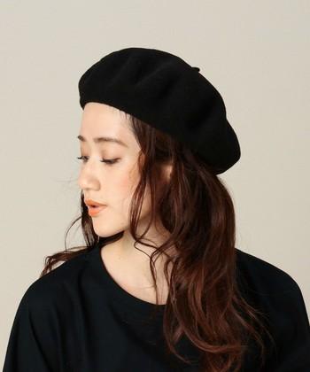 帽子をかぶるときに困るのが前髪の収まり。帽子で抑えつけられる分、普段より長くなってしまってうまく決まらないというお悩みは、前髪を帽子の中に入れておでこを出すことで解決!ロングヘアの方も、おでこを出した方がバランスよくなります。