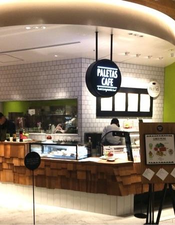 鎌倉店だけでなく東京ミッドタウン店もOPEN!東京ミッドタウン店はPALETAS初のPALETAS CAFEなんです!PALETASお馴染みのフローズンフルーツバーだけでなく、ランチやタルト、ドリンクを楽しむことが出来ます。ランチのメニューは「キッシュバー」や「フライドライスバー」、「フライドポテトバー」などちょっぴり変わったメニューが並びます。