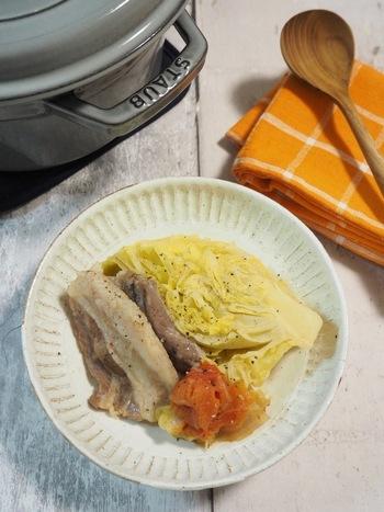水は使わずに野菜から出る水分のみで作る煮込み料理。無水調理ができるのはストウブならでは。味付けは塩コショウだけでシンプルに、野菜本来の美味しさを存分に味わいましょう。