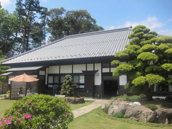 千葉・印西地区に位置する築230年の古民家を改装した茶房&ギャラリー「宮崎邸」。  広大な敷地の庭園や歴史を感じさせる外観に圧巻です。