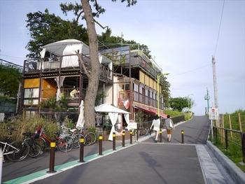 多摩川沿いを奥へ奥へ歩いて行くと、突如現れるレストランがトキオ プラージュルナティック!こちらはなんとセルフサービスの創作フレンチのお店なんです。