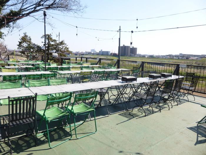 屋上では多摩川の流れを見ながらお食事もできます。風がとっても心地よいです。