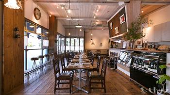 天井が高く、開放的な店内はメニューも豊富でおひとり様でもまったりぜいたくな時間を過ごすことができます。