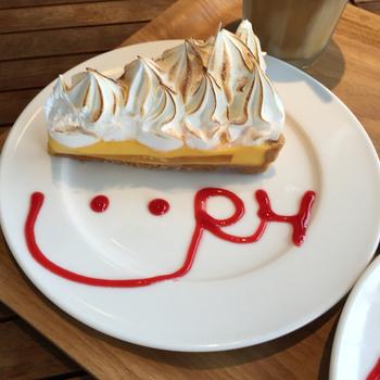 スイーツ皿に描かれたRHマークがとってもかわいい。おもわずにっこりしてしまうロンハーマンカフェなのです。