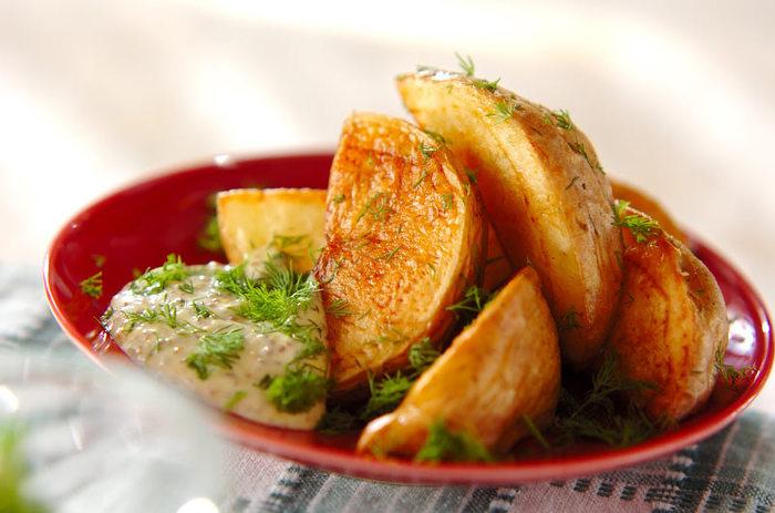 ジャガイモをじっくりとオイルで煮たコンフィ。揚げたものより中がしっとり、煮たものより皮がパリッと。なんともクセになる食感と旨みです。お好みのソースや、トリュフ塩でぜひ頂いてほしいレシピです。お酒との相性も抜群です。