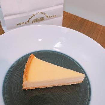 ナチュラルというフレーバーのベーシックのチーズケーキは、遠方の方にはFAXでの注文も受け付けてくれます。最近は成城石井でも取り扱ってくれるようになったため、気軽に購入することができるようになりました。