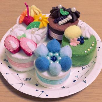 こちらもフェルトで作られたケーキセットです。お皿にのせると本物に見えますよね! このまま飾っておきたいくらい、とても可愛らしいケーキですね。