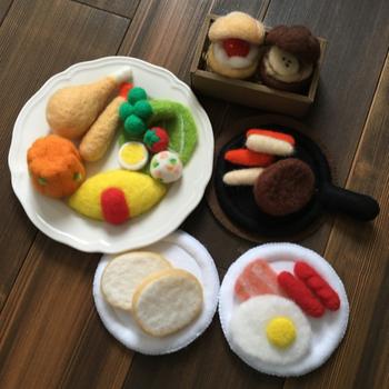 オムライスにハンバーグ、子どもが喜ぶメニューが揃っています。リアルな料理は大人も楽しくなりますね♪ 羊毛フェルトがあると自由自在にハンドメイドできますね!