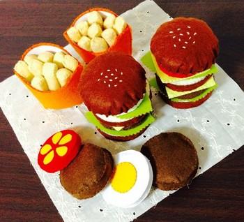 こちらはフェルトで作られたハンバーガーセット。ハンバーガーの具材はバラバラにして遊ぶこともできます。 ポテトの質感がリアルに再現されていますね。