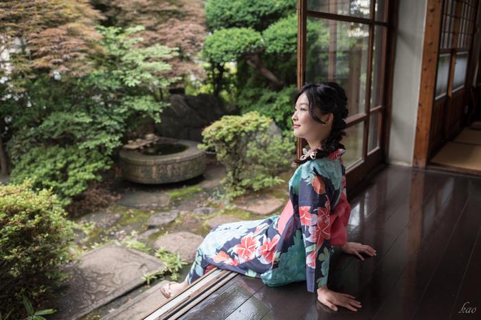 どこか懐かしいような趣がある縁側。水を湛えた石鉢がある庭も和の雰囲気を醸し出しています。