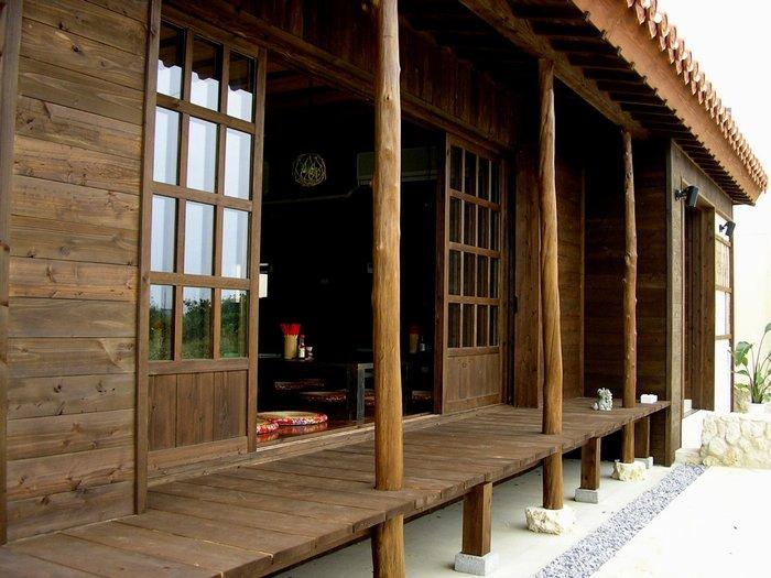 木のぬくもりあふれる縁側は、沖縄の伝統的な琉球家屋のもの。 独特の瓦屋根が素敵です。