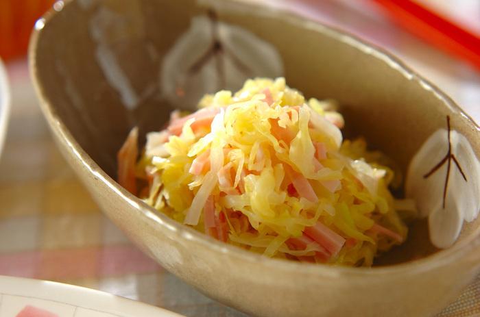酢キャベツと刻みハムを混ぜただけ。 サラダにも相性の良いハムなので、酢キャベツにもうま味をプラスしてくれます。