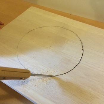 次に、シンクを取り付けるための穴をカラーボックスにあけていきます。ここが1番大変な山場です。 電動ドリルなどで穴を開けた後、そこからノコギリの刃先を差こんで、切りぬいてゆきます。引き回し鋸(のこ)というものを使うと便利です。ホームセンターなどで手に入りますよ。 こちらの画像は板に穴を開けている様子ですが同じ要領になるので、ぜひ参考にしてみてくださいね!