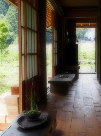 柔らかな光が差し込む、広めの内縁。文机や和箪笥などの昔ながらの和の家具も素敵。