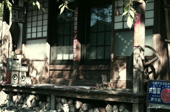 昭和の趣たっぷりですね。縁側の下は薪の収納スペースとして利用されています。