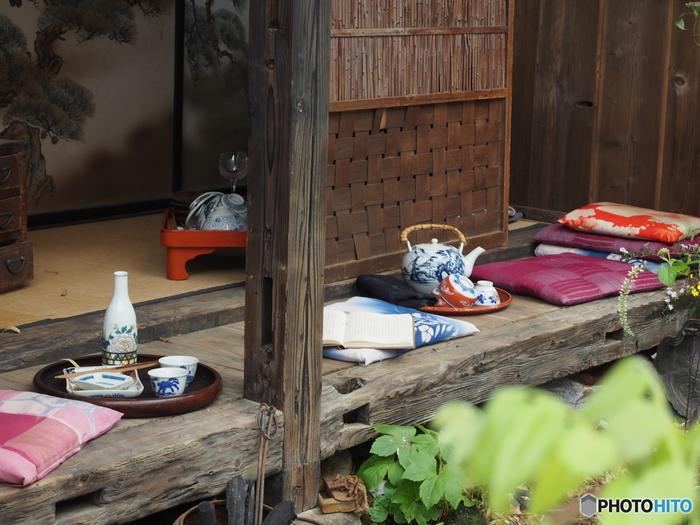 昔の日本では日常的な風景だった縁側でのお茶やお酒の時間。