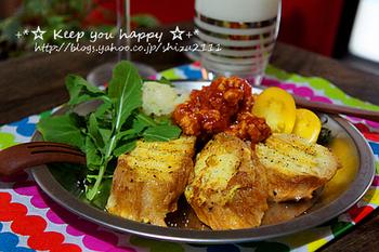 塩コショウやコンソメで味付けした食事系の麩レンチトースト。挽肉のソースとマッシュポテトと一緒に食べると食べ応え十分。ランチにもオススメのレシピです。