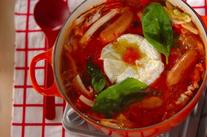カマンベールチーズは、ほっこり体が温まるお鍋にも◎トマト味でイタリアン風のお鍋のシメは、パスタやリゾットが合いそうですね。