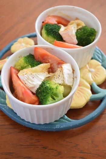 お好みの野菜とパン、カマンベールチーズをココットに入れて、オリーブオイルと塩コショウをふったら、あとはトースターにお任せ♪ 冷蔵庫にあるもので手軽にできるのにおしゃれなのが嬉しいですね。