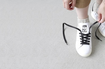気分で靴ひもの色を変えて、個性を出すのも◎靴ひもの色を変えるだけで、コーディネートのポイントになりそうです。