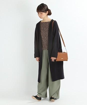 体型カバー重視なら、着やせ効果の高い黒がおすすめです。全身がスラリとした印象になりますね。カジュアルなチノパンにカッチリとしたバッグできちんと感をプラスしています。