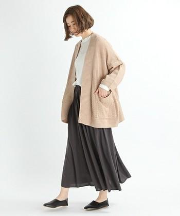 ピンクベージュはナチュラルテイストのファッションと相性が良いカラーです。オーバーサイズを選ぶと、一気に今年らしい雰囲気になりますね。