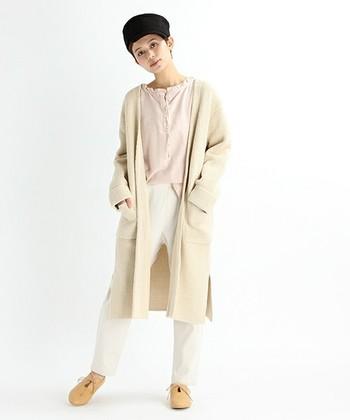 淡いカラーでまとめた大人のリラックスコーディネート。風合いたっぷりのワッフル編みカーディガンは、保温性と軽さの両方が期待できますよ。