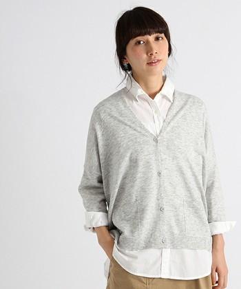 ちょっと暖かくなってきたからコートを脱ぎたい!けどまだ少し肌寒い…という時にさらっと羽織れる『カーディガン』は、季節の変わり目に一枚持っておきたいファッションアイテムです。