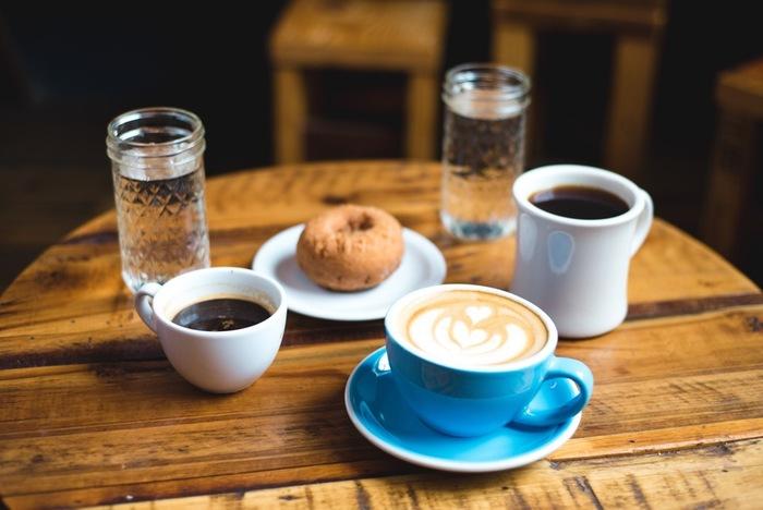コーヒーには、やっぱり甘いおやつがぴったり。おやつの定番ドーナツは、ぴったりのコーヒーの相棒。お腹も満足のドーナツは、おやつの時間のコーヒータイムによく合います。