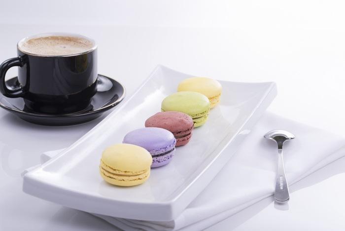 パステルカラーの可愛く小さなマカロン。甘さやフレーバーがぎゅっと詰まったリッチなマカロンは、ハッピーな気分を盛り上げてくれます。コーヒーと一緒に、一口一口ゆっくり味わう贅沢な時間。