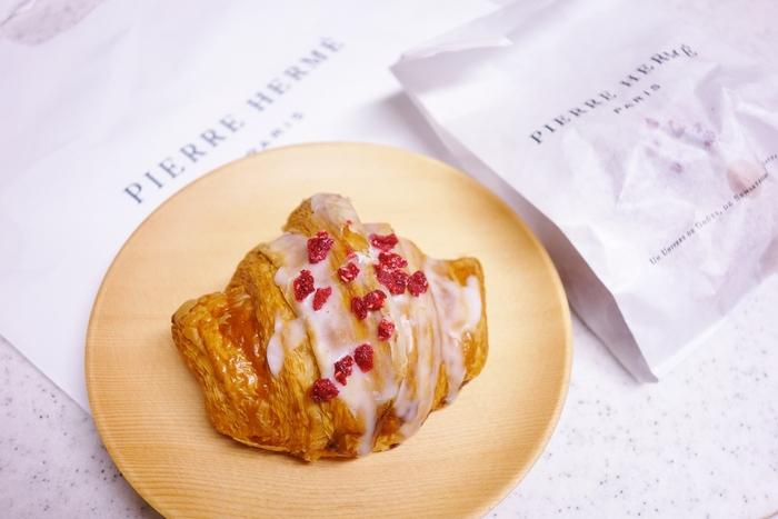 ピエール・エルメの本店、パリにはなかなか行けませんが、訪れる機会がある方は、是非!本場のクロワッサンを味わってみてはいかがでしょうか!  日本でも味わえるピエール・エルメのクロワッサン。東京や、京都にお泊りの予定のある方は、究極のクロワッサンで幸せな朝食を楽しんでみるのも素敵ですね!