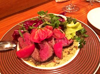 メインのお肉にも新鮮なお野菜がたっぷり添えられ、彩鮮やか。