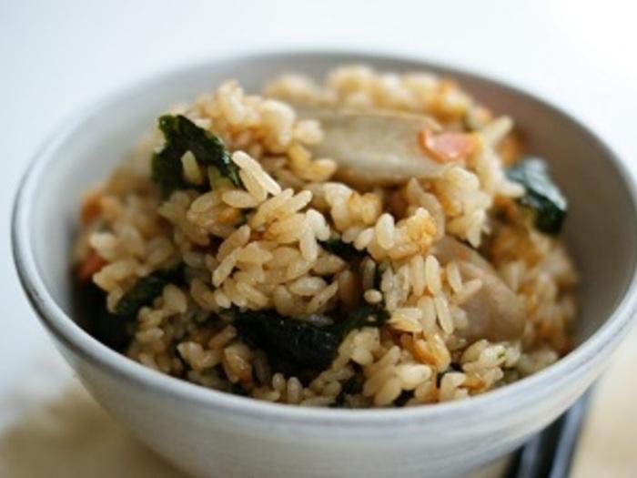 具は、ごぼう・人参・韓国海苔の3種類。海苔の風味が豊かな炊き込みご飯です。