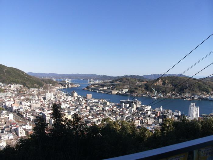 広島県の南東部に位置する尾道市。「坂の町」「映画の町」として全国的に知られており、趣のある町並みは多くの映画ロケ地となっています。