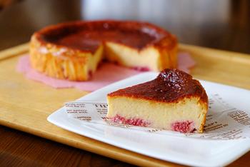 チーズとベリーの組み合わせはもう王道です。ベークドチーズケーキにラズベリーを加えるだけで、少しオシャレな仕上がりに。