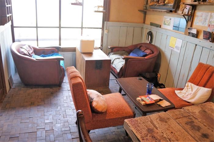 アパート内にある明るく雰囲気のいいカフェ「56 cafe」。お昼時に訪れたら、おいしいランチでしばし休憩を。