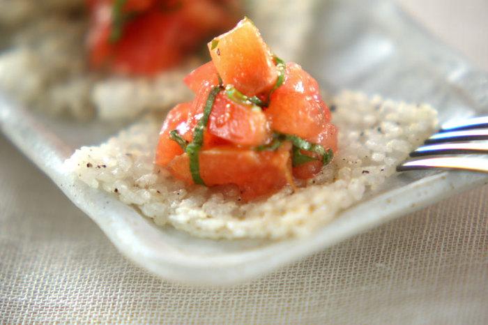 粉チーズと黒胡椒を混ぜてカリカリにしたごはんが絶品のフィンガーフード。お野菜、お肉、お魚…何を乗せても合いますよ◎。