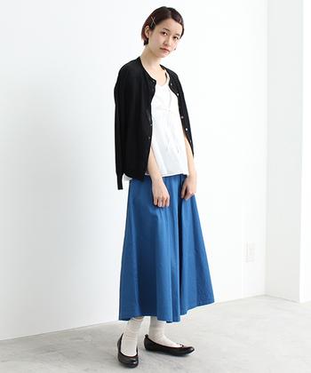 フェミニンな印象のクルーネックカーディガン。シンプルなスカートスタイルに肩掛けするだけでエレガントな雰囲気になりますね。
